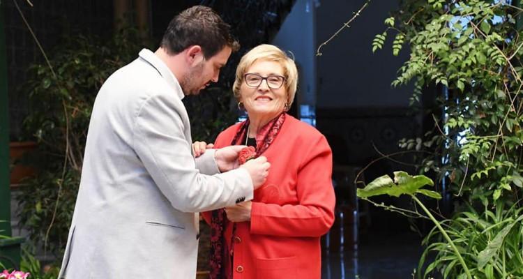 Momento de entrega del premio por parte de Mario Cervera